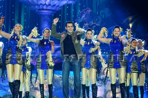 Salman-at-Golden-Petal-Awards