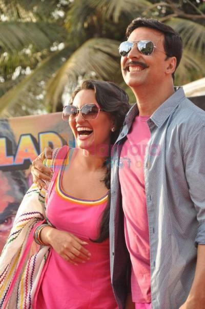 Sonakshi Sinha, Akshay Kumar at Rowdy Rathore promotional rickshaw race on 12th May 2012 (92)